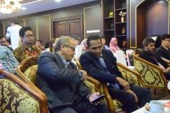 dekan fakultas hukum (kanan) sedang berdiskusi