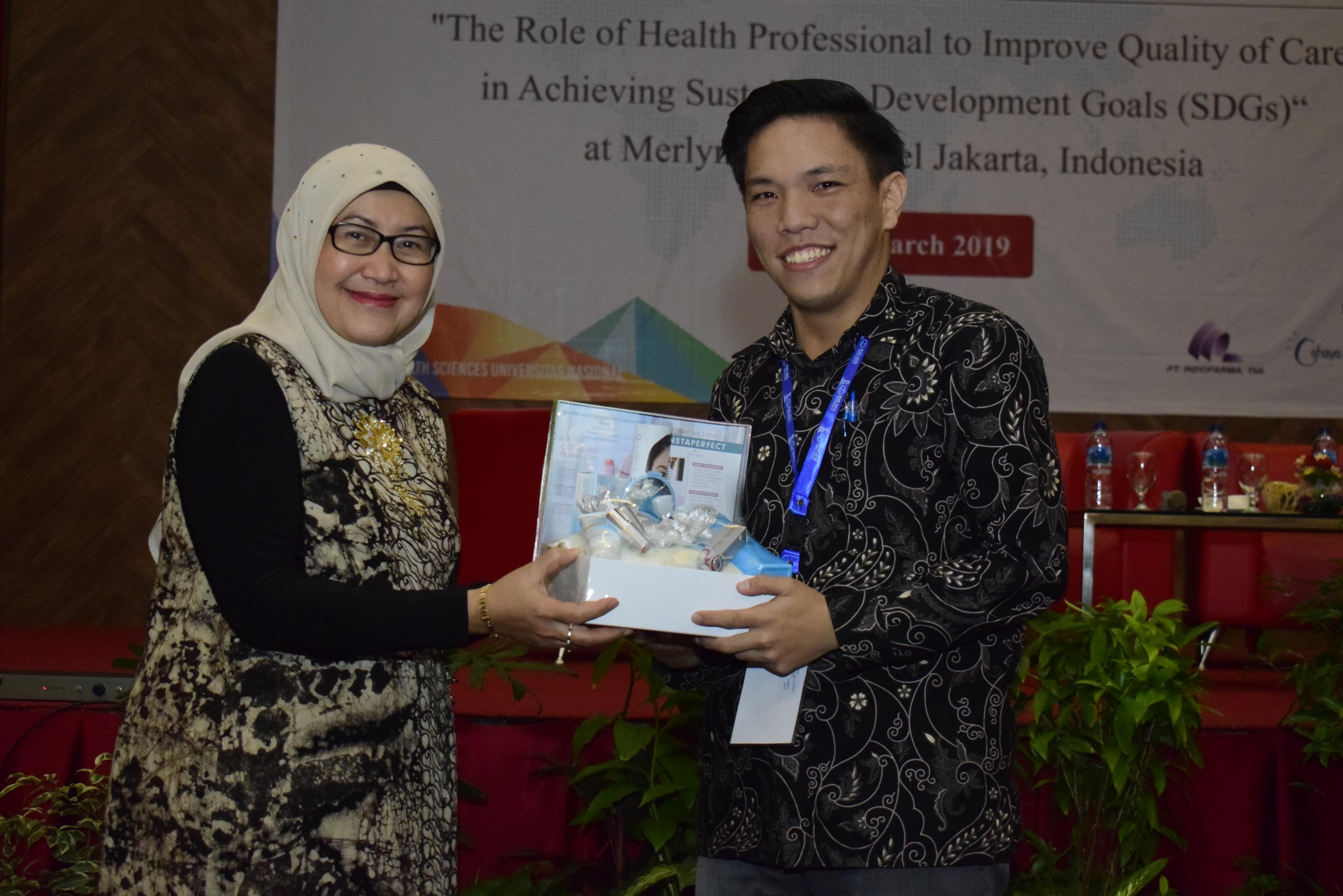 Dekan FIKES UNAS Dr. Retno Widowati M.Si memberikan hadiah kepada pemenang the best presentation dari Universitas Diponegoro pada acara seminar internasional FIKES UNAS 2019, di Jakarta, (14/3)