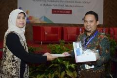 Wakil Dekan FIKES, Rukmaini, SST., M.Keb memberikan hadiah kepada peserta yang menjadi pemenang the best poster pada acara seminar internasional FIKES UNAS 2019, di Jakarta, (14/3)
