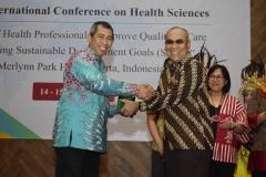 Dr.Drs. El Amry Bermawi Putera, M.A Rektor Universitas Nasional (kanan) memberikan cinderamata kepada Drs. Zaenal Komar.,Apt.,MA Kepala Balai Besar Pelatihan Kesehatan Kemenkes RI, pada acara Internasional Confrence On Health Sciences (ICHS) di Jakarta,(14/3).