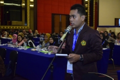 Salah satu peserta dari STIKES Indramayu memberikan pertanyaan kepada pembicara di acara seminar internasional FIKES UNAS 2019, di Jakarta (14/3)