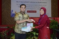 Ns. Dayan Hisni, S.Kep, MNS Ketua panitia memberikan hadiah kepada peserta yang menjadi the best presentation di acara seminar internasional FIKES UNAS 2019, di Jakarta, (14/3)