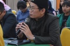 salah satu peserta seminar dalam sesi tanya jawab