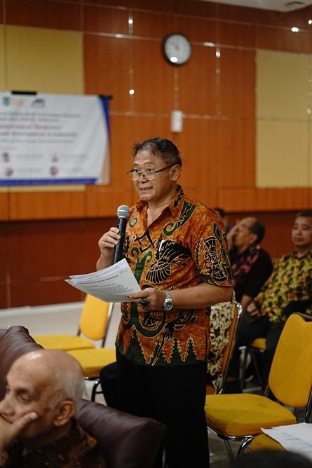 Peserta seminar memberikan pertanyaan kepada narasumber