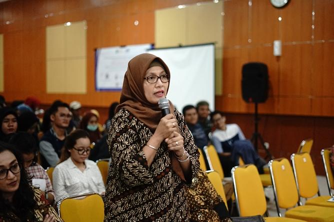 Dosen  Ilmu Komunikasi UNAS Dr. Dwi Kartikawati memberikan pertanyaan kepada narasumber