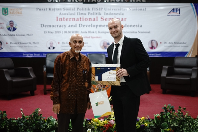 "(Kiri-kanan) Ketua Pembina Yayasan Memajukan Ilmu dan Kebudayaan (YMIK) Dr. Muhammad Noer, M.A., memberikan sertifikat kepada Dr. Gergo Szokt racz (kanan) sebagai narasumber pada seminar internasional ""Democracy and Development in Indonesia"" di Aula blok 1 Universitas Nasional, Rabu (15/5)"