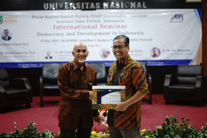 "(Kiri-kanan) Ketua Pembina Yayasan Memajukan Ilmu dan Kebudayaan (YMIK) Dr. Muhammad Noer, M.A., memberikan sertifikat kepada Dr. Aris Munandar (kanan) sebagai narasumber pada seminar internasional ""Democracy and Development in Indonesia"" di Aula blok 1 Universitas Nasional, Rabu (15/5)"
