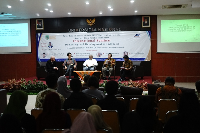 Para narasumber pada seminar internasional Democracy and Development in Indonesia di Aula blok 1 Universitas Nasional, Rabu, 15 Mei 2019