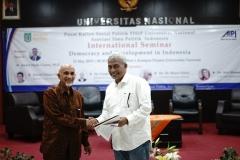 (Kiri-kanan) Ketua Pembina Yayasan Memajukan Ilmu dan Kebudayaan (YMIK) Dr. Muhammad Noer, M.A., memberikan sertifikat kepada Koordinator Program S3 Ilmu Politik/ narasumber Dr. TB. Massa Djafar, MSi. (kanan)