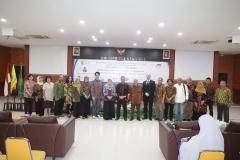 """Foto bersama seluruh narasumber dan panitia setelah seminar internasional """"Democracy and Development in Indonesia"""" selesai dilaksanakan"""