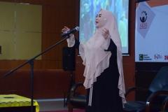 dirigen menyanyikan lagu indonesia raya