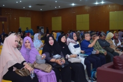 para peserta seminar sedang mendengarkan narasumber