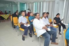 para tamu undangan saat sedang mendengarkan pemaparan materi