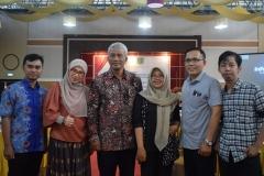 Bapak TB Massa Djafar melakukan foto bersama dengan mahasiswa pascasarjana ilmu politik