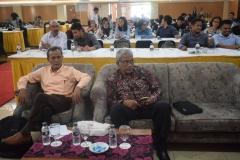 Bapak Asran Jalal dan Pak TB Massa sedang menunggu pembukaan acara seminar kebangsaan