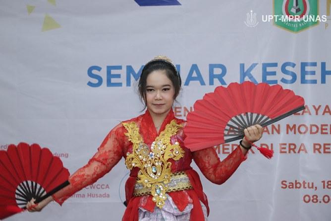 Mahasiswa Ilmu Kesehatan saat menari pada acara seminar kesehatan nasional