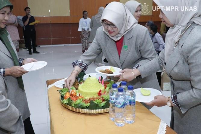 Dekan Fakultas Ilmu Kesehatan Dr. Retno Widowati, M.Si (tengah) saat pemotongan nasi tumpeng sebagai tanda simbolis dies natalis fikes unas ke 13