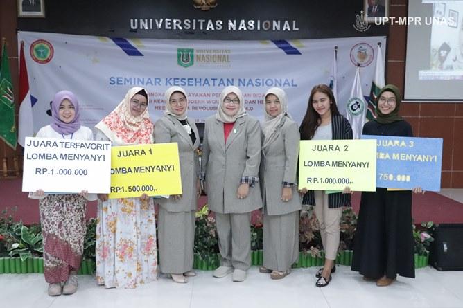 Foto bersama setelah penyerahan hadiah kepada pemenang kompetisi menyanyi yang diadakan oleh fakultas ilmu kesehatan unas