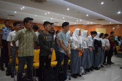 tamu undangan sedang menyanyikan lagu indonesia raya
