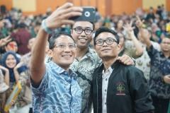 Sandiaga Uno melakukan Selfi pada acara Seminar Kewirausahaan Nasional ISMPI di Kampus UNAS Pasar Minggu Jakarta Selatan,(10/7).