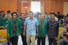 Sandiago Uno (tengah) berjalan menuju tempat seminar Kewirausahaan Nasional ISMPI yang bertempat di Aula lantai 4 Universitas Nasional di Jakarta (10/7).