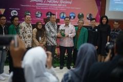 Faldi Zon Ketua Umum DPN HKTI menerima plakat dari Universitas Nasional yang diberikan oleh Dr. Drs. Zainul Djumadin, M.Si,Wakil Rektor Bidang Kemahasiswaan setelah menjadi pembicara diacara seminar Kewiraushaan Nasional ISMPI di kampus UNAS Pasar Minggu Jakarta Selatan (10/7).