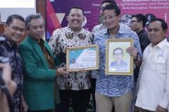 Sandiaga Uno menerima sertitikat dan karikartur dari Dekan Fakultas Pertanian Universitas Nasional Ir. Inkorena G.S. Sukartono, M.Agr setelah memnjadi pembicara diacara Kewirausahaan Nasional ISMPI di Kampus Unas Pasar Minggu Jakarta Selatan (10/7).