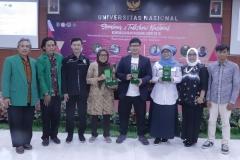 Para pembicara sesi pertama diacara Kewirausahaan Nasional ISMPI menerima plekat di Unas Pasar Minggu Jakarta, (10/7).