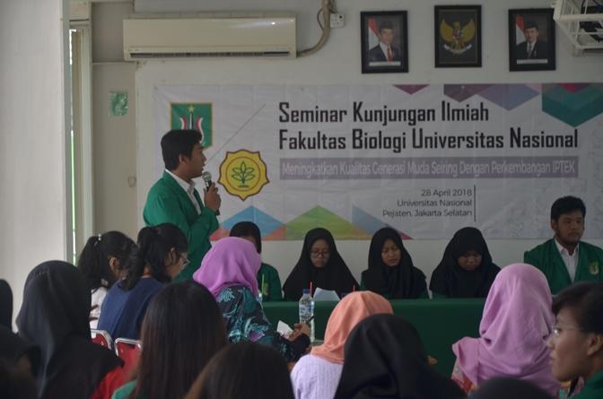 Para Mahasiswa yang sedang memaparkan proposal penelitiannya 1