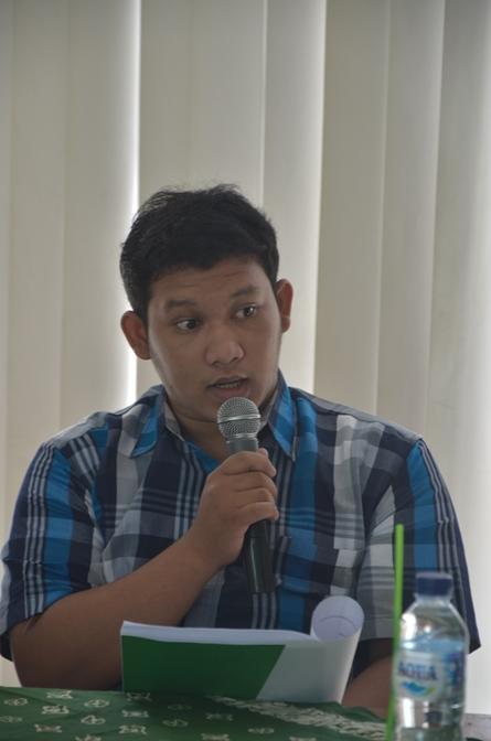 Salah Satu Pembahas sedang mengomentari proposal penelitian dari Mahasiswa