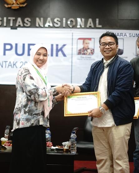 Wakil Dekan Fakultas Hukum Ummu Salamah, S.Ag., M.A. (kiri) memberikan sertifikat kepada Tim BPN Prabowo-Sandi Kawendra (kanan) sebagai pembicara
