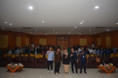 foto bersama para pembicara, dosen, dan juga peserta seminar nasional Commweeks, di Aula UNAS, Rabu (24-4)