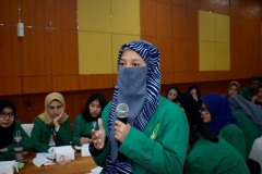 "Mahasiswa memberikan pertanyaan kepada narasumber pada acara seminar nasional ""entrepreunership era industri 4.0"" pada selasa (01/10) di aula blok 1 lantai 4 UNAS"