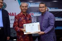 Guru Besar FEB Universitas Hasanuddin Prof. Dr. H. Muh. Asdar SE., M.Si (kiri) menerima sertifikat yang diberikan oleh Kepala UPT Wirausaha Mandiri Drs. Suadi Sapta Putra, M.Si.M. (kanan)