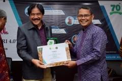 """Kepala UPT Wirausaha Mandiri Drs. Suadi Sapta Putra, M.Si.M. (kanan) memberikan sertifikat kepada Dekan Fakultas Ekonomi Universitas Tarumanegara Dr. Sawidji Widoatmojo, S.E., M.M., M.B.A  (kanan) sebagai moderator pada acara seminar nasional """"entrepreunership era industri 4.0"""" pada selasa (01/10) di aula blok 1 lantai 4 UNAS"""