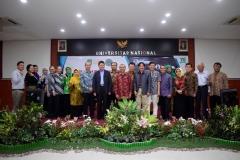 """Foto bersama seluruh narasumber dan panitia setelah acara eminar nasional """"entrepreunership era industri 4.0"""" selesai dilaksanakan"""