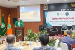 "Pembukaan acara seminar nasional ""entrepreunership era industri 4.0"" dengan sambutan oleh Wakil Rektor Bidang Kemahasiswaan Dr. Drs. Zainul Djumadin, M.Si"