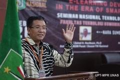 Prof. Ir. Teddy Mantoro, M.Sc., Ph.D., SMIEEE dari Universitas Sampoerna saat memaparkan materi di peserta seminar