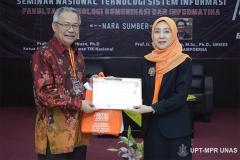 Wakil Dekan FTKI Dr. Septi Andryana, S.Kom. MMSI. (kanan) memberikan sertifikat kepada narasumber Ketua Atikom Pusat/ Dewan TIK Nasional Prof. Zainal A. Hasibuan, Ph.D (kiri)