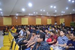 """Para peserta yang hadir pada Seminar Nasional Teknologi Sistem Informasi """"E-Learning Development In The Era Of Smart Society 5.0"""" pada Rabu (26/2) di Auditorium blok 1 lantai 4 Unas"""