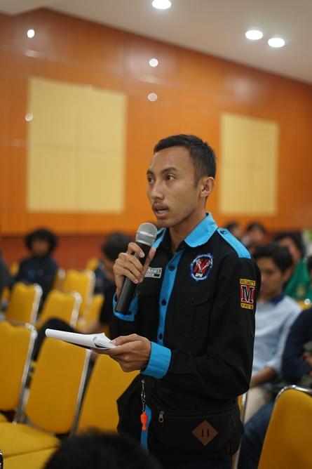 """Mahasiswa memberikan pertanyaan kepada narasumber pada acara Seminar Nasional """"Peran Engineer Dalam Menghadapi Peluang dan Tantangan di Industri 4.0"""" di Auditorium Blok 1 lantai 4 UNAS, Kamis (18/7)"""