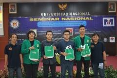"""Foto bersama para peserta yang mendapatkan hadiah pada Seminar Nasional """"Peran Engineer Dalam Menghadapi Peluang dan Tantangan di Industri 4.0"""" di Auditorium Blok 1 lantai 4 UNAS, Kamis (18/7)"""