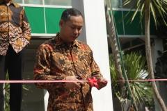 DekanFakultas Teknik dan Sains Basori, S.T., M.T. melakukajn pemotongan pita sebagai pembukaan pameran teknologi pada Kamis (18/7) di Universitas Nasional