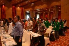 menyanyikan lagu indonesia raya 2