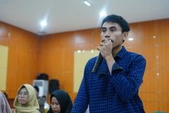 """Mahasiswa yang bertanya kepada narasumber pada Seminar Nasional  """"Rekonsolidasi Implementasi Ideologi Pancasila Pasca Pileg dan Pilpres Serentak 2019"""". Senin (1/7) di Auditorium blok 1 lantai 4 UNAS"""