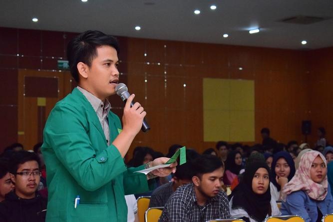Mahasiswa UNAS sedang mengajukan pertanyaan dalam seminar AN