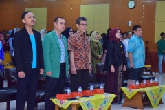 para dosen sedang menyanyikan lagu indonesia raya dalam pembukaan seminar AN