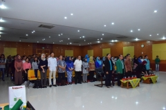 para hadirin sedang menyanyikan lagu Indonesia Raya