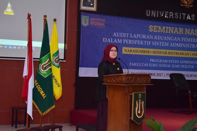 dekan FISIP UNAS Ibu Trully sedang memberikan sambutan dalam seminar Audit AN