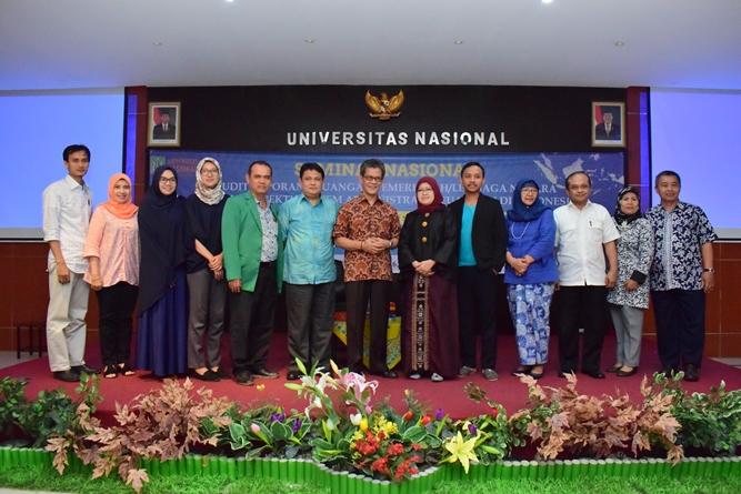para dosen dan tamu undangan sedang berfoto bersama dalam seminar program studi Administrasi Negara